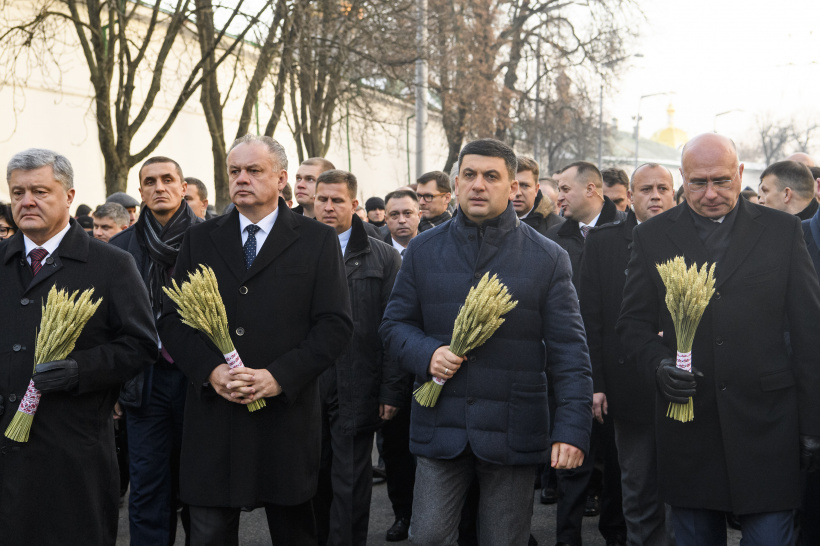 Volodymyr Groysman paid tribute to the 1932-1933 Holodomor victims