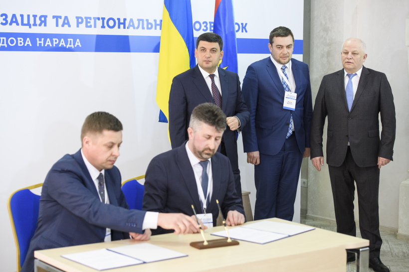 Volodymyr Groysman: Over 20 thousand hectares of land have been transferred to the communities today