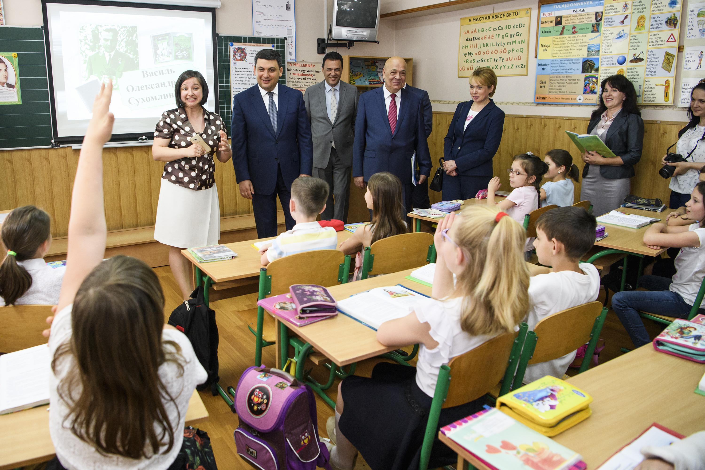 Дохід українського вчителя треба довести до ринкового рівня, - Володимир Гройсман